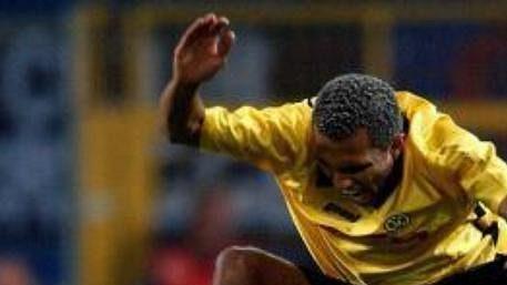 Brazilský fotbalista v dresu Borussie Dortmund Marcio Amoroso přeskakuje českého hráče z týmu FC Bruggy Davida Rozehnala.