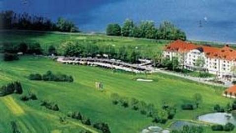 Před hotelem je nádherný golfový areál.