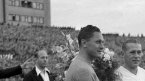 Archivní snímek z 31. srpna 1947 ukazuje tehdejšího kapitána československé reprezentace Josefa Bicana (vlevo) s kapitánem Polska Szcepaniakem před mezistátním utkáním v Praze na Letné.