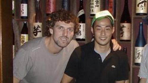 Čeští hokejisté na ochutnávce japonského saké.