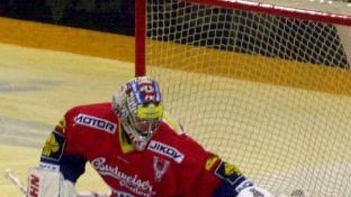 Lubomír Hurtaj z Plzně a brankář Budějovic Vladimír Hudáček v utkání hokejové extraligy hraném 16. září v Plzni.