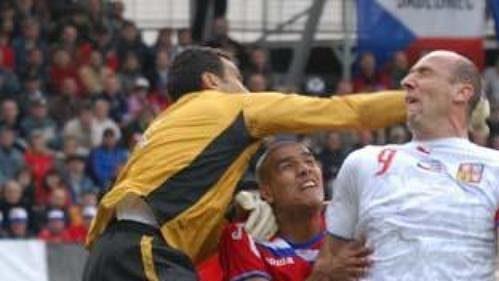 Brankář Kostariky Mesen vyboxoval míč těsně před Janem Kollerem.