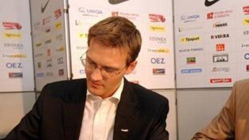 Místopředseda představenstva Sparty Daniel Křetínský (vlevo) a Karel Poborský při podpisu nové smlouvy.