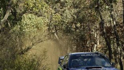 Subaru Nora Pettera Sollberga v jedné ze závěrečných erzet Australské rallye.