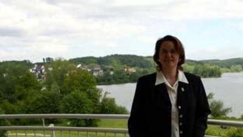Hotelová manažerka Claudia Keck ukazuje výhled na jezero Wiesensee.