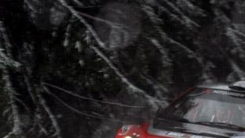Finský pilot Harri Rovanpera na trati Švédské rallye 2005 ve službách Mitsubishi.