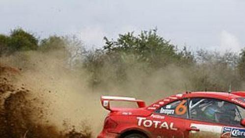 Fin Harri Rovanperä s peugeotem na trati první etapy Mexické rallye.