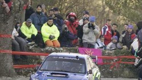 Francouz Stephane Sarrazin s vozem Subaru Impreza WRC 2005 na trati Ralye Monte Carlo 2005.