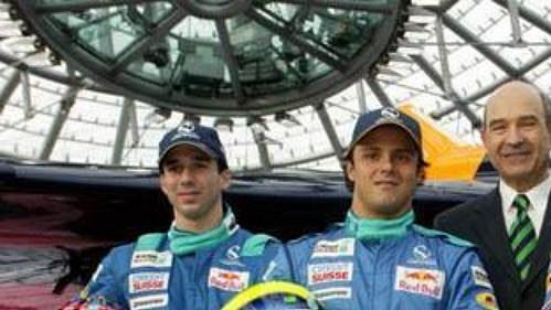 Švýcarský testovací jezdec Neel Jani, Brazilec Felipe Massa, šéf stáje Sauber Peter Sauber a Ital Giancarlo Fisichella (zleva) při odhalení nového monopostu pro sezónu 2004.