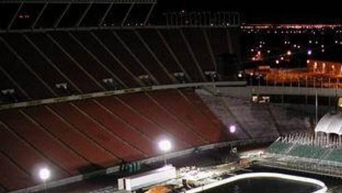 Noční pohled na Commonwealth Stadium, dějiště sobotního zápasu NHL mezi Edmontonem a Montrealem