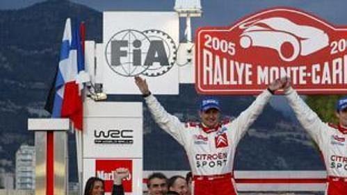 Sebastien Loeb (vpravo) se spolujezdcem Danielem Elenou a s vozem Citroën Xsara WRC v cíli Rallye Monte Carlo 2005.