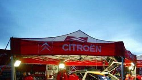 Servisní zóna týmu Citroën při Švédské rallye.