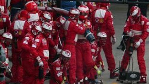 Michael Schumacher na ferrari při výjezdu z boxů.