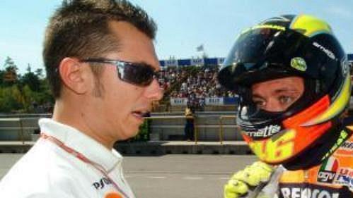 Ital Valentino Rossi se osvěžuje během technické přestávky v boxech během sobotního volného tréninku třídy MotoGP na nedělní Velkou cenu v Brně.