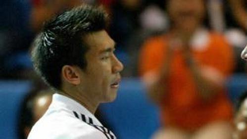 Tenista Paradon Srichapan z Thajska gratuluje Jiřímu Novákovi k výhře.