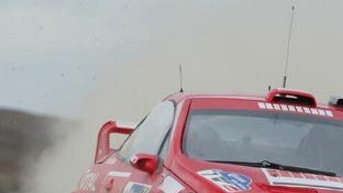 Marcus Grönholm s peugeotem na trati první etapy Mexické rallye.