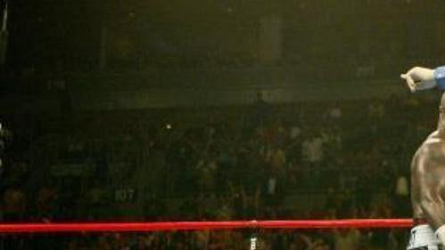 Evander Holyfield leží na zemi po KO od Jamese Toneyho.