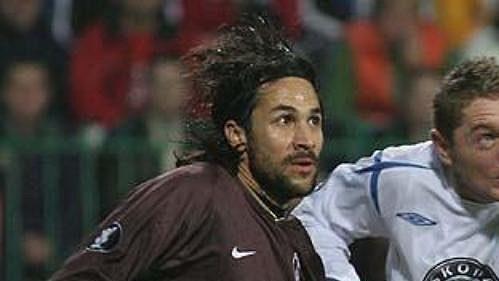 Luboš Pecka z Mladé Boleslavi (vpravo) v duelu Poháru UEFA s Paris St.-Germain.