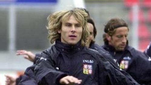 Kapitán fotbalové reprezentace Pavel Nedvěd při tréninku před kvalifikačním utkání s Rakouskem.