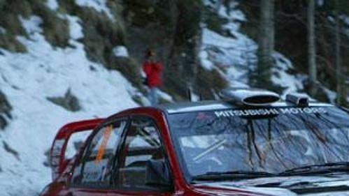 Francouz Gilles Panizzi s vozem Mitsubishi Lancer WR05 na trati první etapy Rallye Monte Carlo.