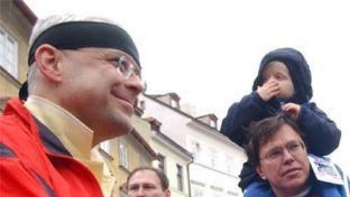 Premiér Vladimír Špidla (vlevo) se v cíli sobotního půlmaratónu Hervis 1/2Maraton Praha setkal s prezidentem Václavem Klausem. Jejich setkání přihlížel poslanec za ČSSD Libor Rouček.
