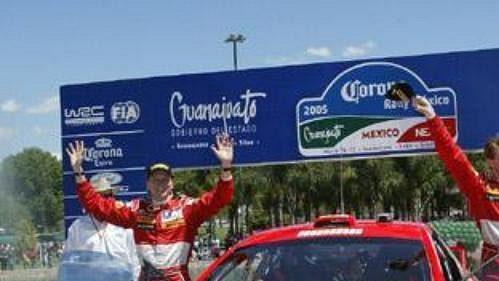 Marcus Grönholm s peugeotem na v cíli Mexické rallye.