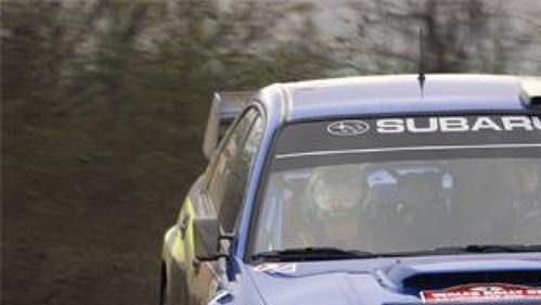 Nor Petter Solberg se subaru při shakedownu Britské rallye.