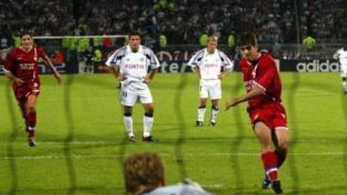 Juninho z Lyonu překonává z penalty brankáře Anderlechtu Brusel Daniela Zítku v prvním kole Ligy mistrů.