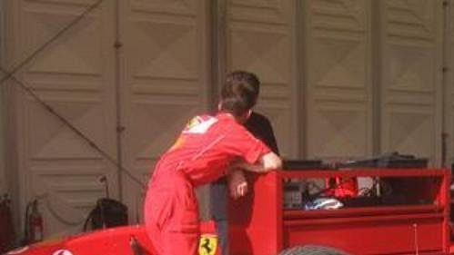 Příprava monopostů Ferrari při exhibici v Praze.