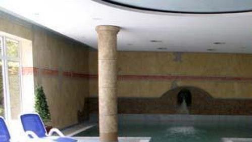 Teplota vody v hotelovém bazénu je 28 stupňů Celsia.