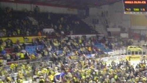 Ledová plocha stadiónu Luďka Čajky ve Zlíně zaplněná fanoušky.
