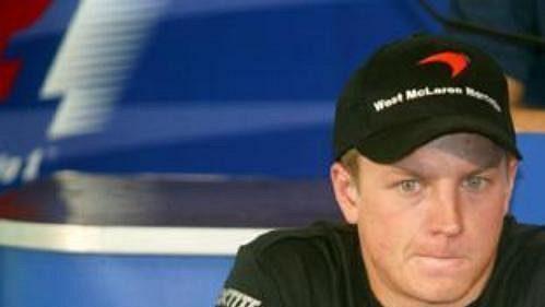 Fin Kimi Räikkönen na tiskové konferenci v japonské Suzuce. Aby se stal mistrem světa, musí nedělní Velkou cenu vyhrát a Michael Schumacher nesmí bodovat...