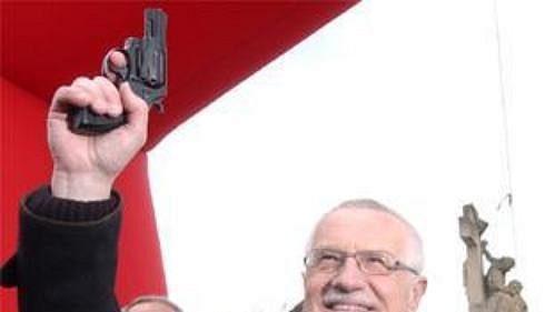 Prezident Václav Klaus se výstřelem ze startovní pistole chystá odstartovat šestý ročník pražského půlmaratónu Hervis 1/2Maraton Praha.