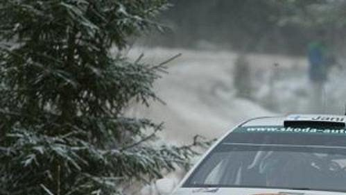 Švéd Jani Paasonen na trati Švédské rallye 2005 s vozem Škoda Fabia WRC.