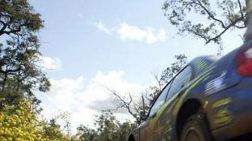 Průlet vozu Fina Mäkinena na voze Subaru Impreza na trati Australské rallye.