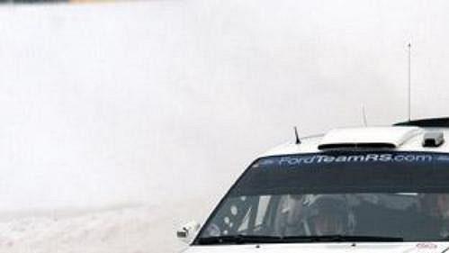 Fin Janne Tuohino s fordem při první etapě Švédské rallye.