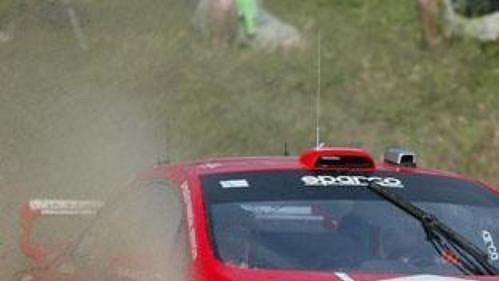 Harri Rovanpera s peugeotem na trati první etapy Rallye Akropolis.