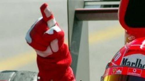 Michael Schumacher ze stáje Ferrari v Monze po vítězství VC Itálie vozů formule 1.
