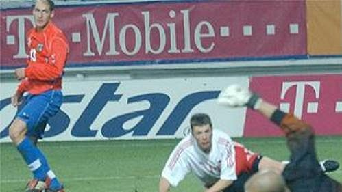Rudolf Skácel sleduje, jak míč po jeho střele končí v síti kanadské branky - 5:0.