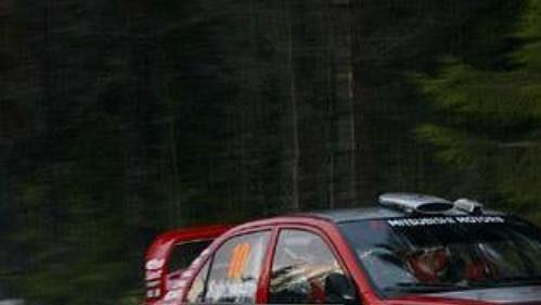 Fin Kristian Sohlberg s mitsubishi na trati čtvrtečního shakedownu Švédské rallye.