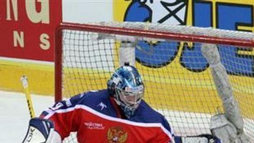 Ruský brankář Konstantin Barulin zasahuje před finským útočníkem Jussim Pesonenem.