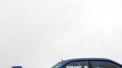 Finský jezdec Mäkinen se subaru při shakedownu Britské rallye.