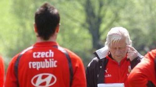 Kouč Karel Brückner udílí pokyny při tréninku české fotbalové reprezentace v Seefeldu.
