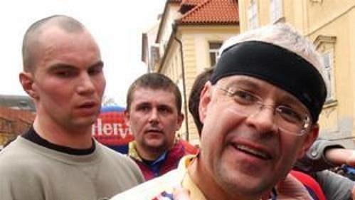 Premiér Vladimír Špidla dostal v cíli sobotního půlmaratónu Hervis 1/2Maraton Praha stejně jako ostatní běžci medaili.