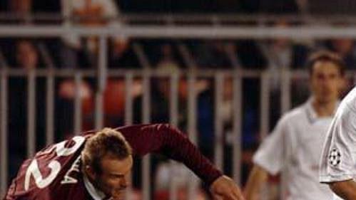 Kanonýr Manchesteru United Ruud van Nistelrooij (vpravo) při utkání se Spartou. Vlevo letenský obránce Jiří Homola.