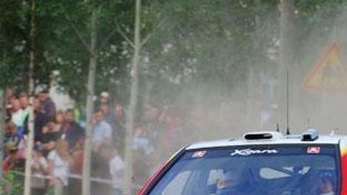Se šotolinou na trati Finské rallye se pere Citroën Xsara WRC pilotovaná Carlosem Sainzem se spolujezdcem Marcem Martim.