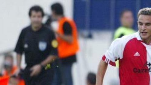 Milan Zachariáš ze Slavie Praha (vpravo) bojuje o míč s Vladimirem Mudriničem ze srbskočernohorského Sartidu Smederevo v úvodním utkání prvního kola fotbalového Poháru UEFA, které se hrálo 24. září ve Smederevu.