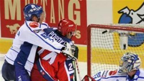 Finský brankář Ari Ahonen inkasuje gól v utkání s Ruskem.