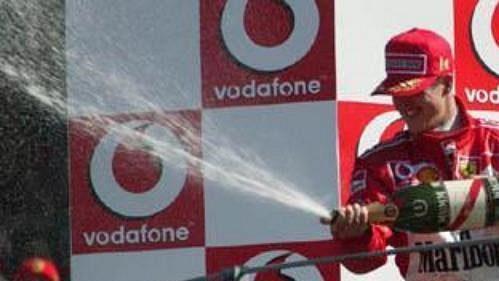 Michael Schumacher si po dlouhé době znovu užil šampaňské pro vítěze.