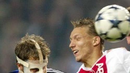 Wesley Sonck z Ajaxu Amsterdam v sevření fotbalistů Brugg Davida Rozehnala (vlevo) a Philippa Clementa v utkání druhého kola skupiny H Ligy mistrů